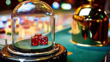 Nên chơi lắc xí ngầu hay xóc đĩa online? Môn nào dễ thắng tiền hơn?