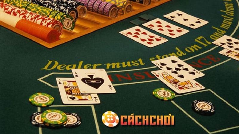 Quan sát nhà cái và những lá bài được lật trên bàn Blackjack